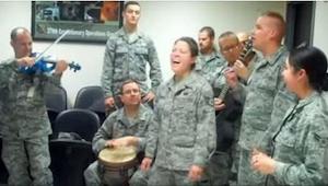 Jeśli lubicie Adele, wykonanie jej piosenek prosto z bazy wojskowej zachwyci Was