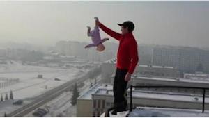 Złapał swoje dziecko za nogę i zbliżył się do krawędzi budynku. W życiu nie spod