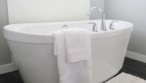 Sprawdź, jak przygotować kąpiel, która wyciąga z toksyny z organizmu, rozluźnia