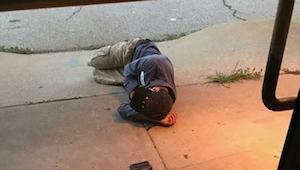 Pracownicy schroniska dla zwierząt odkryli, że przed wejściem śpi bezdomny. Kied