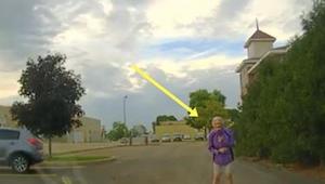 Nagranie z policyjnej kamery, na którym funkcjonariuszka wysiada do starszej kob