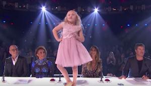 9-letnia dziewczynka zaczyna tańczyć na stole przed jurorami - jednak po kilku s