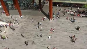 Dziewczynka nagle zaczyna tańczyć na środku placu w Eindhoven. To co się dzieje