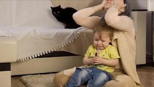 Dlaczego niektóre dzieci źle się zachowują, kiedy są ze swoją mamą? Znamy odpowi