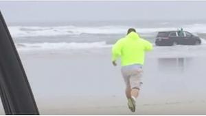 Gdy zobaczył przerażone dzieci w samochodzie ginącym w oceanie, rzucił się na po