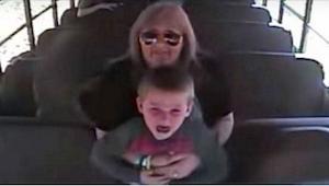 Kierowca autobusu podnosi przerażonego chłopca. Kilka sekund później, kamera nag