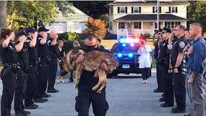 Policjanci tłumnie przyjechali pożegnać swojego wieloletniego kolegę z pracy - o
