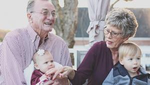 Opiekujesz się wnukami? Zobacz, jaki to ma wpływ na Twoje zdrowie!