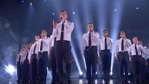 Męski chór i piosenka TEGO wokalisty to dziwne połączenie, ale efekt jest powala