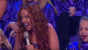 Cztery kobiety śpiewają klasyczny utwór celtycki. Kiedy dołącza do nich dziecięc