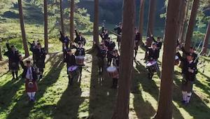 Zespół postanowił dodać szkockie akcenty do piosenki Fight Song. Efekt zachwyca