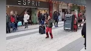 Przechodnie nie mogli uwierzyć, że ten chłopiec tak zaśpiewał klasyczny hit Celi