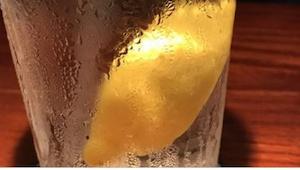 Przekonaj się, dlaczego zamawianie wody z cytryną to bardzo zły pomysł... Nigdy