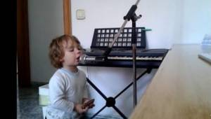 Podczas gdy inne dzieci kochają słodkie piosenki, on wybrał coś z zupełnie innej