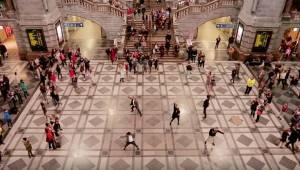 Podróżni przecierali oczy ze zdumienia, gdy grupka osób zaczęła tańczyć na środk