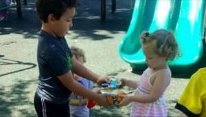 Mama uczy swoje dziecko, że wcale nie musi dzielić się swoimi zabawkami z innymi