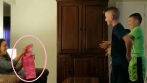 Trzej chłopcy błagają dziewczynę swojego ojca, żeby otworzyła swój prezent,  a p
