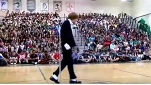 Nastolatek wychodzi na środek sali gimnastycznej, a gdy tylko włączyli muzykę, c