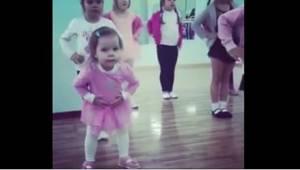 Co robi trzyletnia dziewczynka, gdy jest zła, że nie nadąża za starszymi koleżan