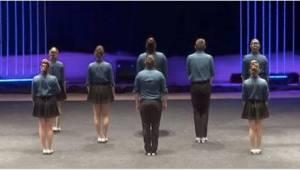 8 osób ustawia się na scenie. Gdy zaczną tańczyć, zabraknie Wam słów!