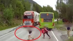 Kierowca w ostatniej chwili zobaczył wybiegające dzieci! To nagranie mrozi krew
