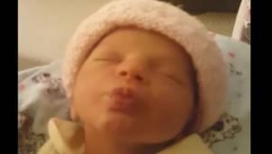 Urocza dziewczynka chce buziaka od mamy, a gdy go dostaje, robi coś niespodziewa