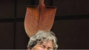12 zdjęć zrobionych przez 89-latkę... samej sobie. Ależ ona ma poczucie humoru!