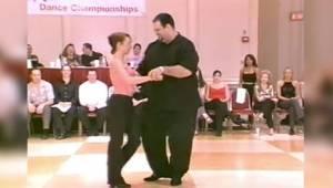 Tancerz z dużą nadwagą? Gdy tylko zaczął się ruszać, wszyscy musieli zbierać szc