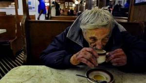 Klient kawiarni nie spodziewał się zobaczyć takiej sceny gdy bezdomny podszedł d