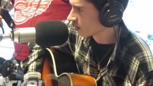 Miał zaśpiewać piosenkę świąteczną na antenie radia. Zobacz reakcję prowadzących