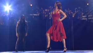 Jennifer Lopez wygląda pięknie w sukni flamenco, jednak gdy dołączył do niej tan
