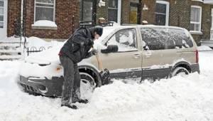 Podczas gdy był zajęty odśnieżaniem auta, w środku pojazdu czekała na niego żona