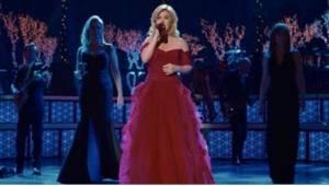 """Kelly Clarkson zaśpiewała """"Cichą Noc"""" wraz z dwójką legendarnych gości, którzy n"""