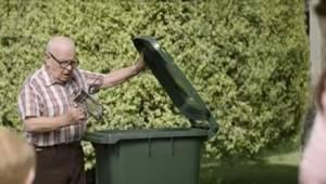 Sąsiedzi nie wiedzieli, dlaczego ten pan wyrzuca do śmieci praktycznie nowe rzec