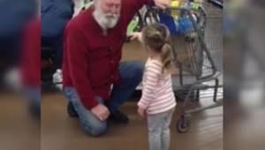 To, co ta dziewczynka zrobiła w supermarkecie na widok pana z białą brodą, ubawi
