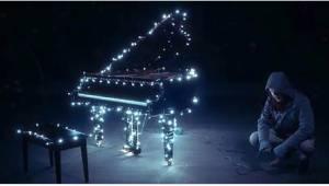 Gdy tylko zacznie grać na pianinie, stanie się coś magicznego!