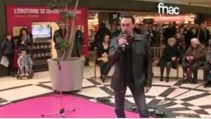 Mężczyzna zaczął śpiewać w centrum handlowym. Inni od razu rozpoznali niesamowit