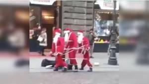 Trzech Świętych Mikołajów tańczy na ulicy. Kiedy przechodnie podchodzą bliżej, n