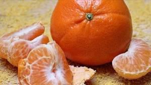 Lekarze ostrzegają - nie popełniajcie typowego błędu obierając mandarynki.