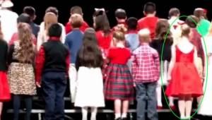 Patrz uważnie na dziewczynkę w czerwonym, a zrozumiesz czemu miliony łudzi obejr