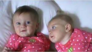 Mama położyła bliźniaczki obok siebie na łóżku. Nie spuszczajcie wzroku z dziewc