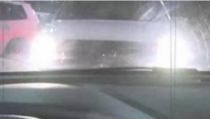 Jeśli na parkingu widzisz przed sobą samochód z włączonymi światłami, od razu uc