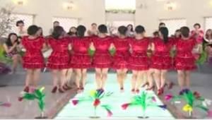 Kobiety w czerwonych sukienkach ustawiły się w jednej linii. To, co zrobiły po c
