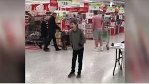 To, jak ten 10-latek z autyzmem zaśpiewał w supermarkecie, zachwyciło absolutnie