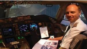 Pewna pani podarowała pilotom paczkę z ciastkami. Chętnie je zjedli, a dopiero p