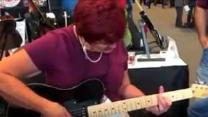 Gdy starsza pani zaczęła grać na gitarze w sklepie, nikt nie spodziewał się taki