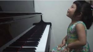 Mama poprosiła swoją 3-letnią córeczkę, by coś dla niej zagrała. Jej występ już