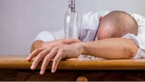 Pijany mąż wraca do domu po firmowej imprezie. Reakcja jego żony absolutnie go z