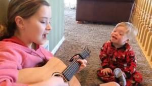 2-latek z zespołem Downa z trudem mówi, ale kiedy jego siostra zaczyna śpiewać,