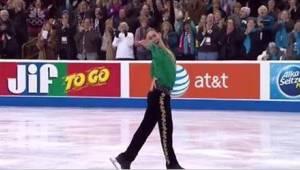 Łyżwiarz figurowy wykonuje Riverdance na lodzie i otrzymuje owacje na stojąco!